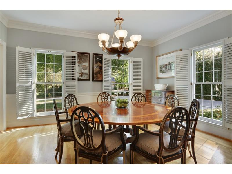 Light-filled dining room can accommodate large furniture pieces.