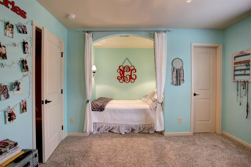 Adorable nook is perfect for a bed or mini-study suite! Huge walk-in closet too!